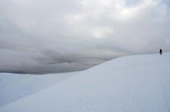 Alpinista che sta sopra la montagna di Gimba durante la neve di inverno Immagine Stock