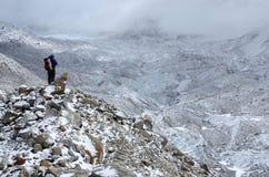 Alpinista che sta sullo spreco del pendio di collina vicino a Khumbu Icefall, Nepal Fotografie Stock Libere da Diritti