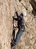 Alpinista che striscia sulla parete Fotografia Stock