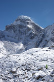 Alpinista che va verso la montagna della neve, Himalaya Immagini Stock