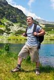 Alpinista com caminhada da trouxa Foto de Stock Royalty Free