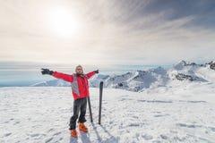 Alpinista com o esqui do país traseiro Fotos de Stock
