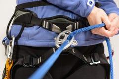Alpinista con attrezzatura rampicante Fotografia Stock