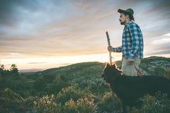Alpinista con il suo cane nelle montagne Fotografia Stock Libera da Diritti