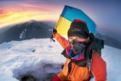 Alpinista con la bandiera dell'Ucraina Fotografia Stock Libera da Diritti
