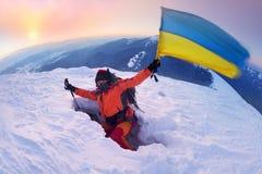 Alpinista con la bandiera dell'Ucraina Fotografie Stock