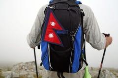 Alpinista con la bandierina del Nepal Fotografie Stock
