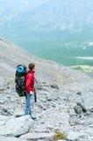 Alpinista con lo zaino nelle montagne sul passaggio Fotografia Stock Libera da Diritti