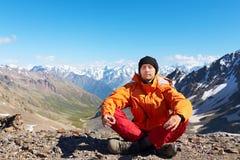 Alpinista del Meditator in montagne Fotografie Stock Libere da Diritti