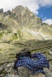Alpinista dell'attrezzatura nella valle Fotografie Stock Libere da Diritti