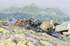 Alpinista dell'attrezzatura per scalare la montagna Immagine Stock