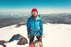 Alpinista dell'uomo che scala in montagne Fotografia Stock Libera da Diritti