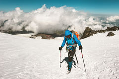 Alpinista dell'uomo che scala in montagne Immagine Stock