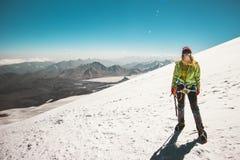 Alpinista della donna che scala in montagne Fotografia Stock Libera da Diritti
