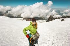 Alpinista della donna che scala in montagne Immagine Stock