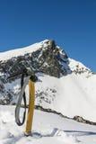Alpinista della piccozza da ghiaccio di inverno del imperativo Fotografia Stock