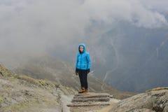 Alpinista della ragazza da solo su un percorso di legno Fotografia Stock Libera da Diritti
