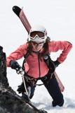 Alpinista dello sci della giovane donna che scala sulla corda su roccia Immagine Stock Libera da Diritti