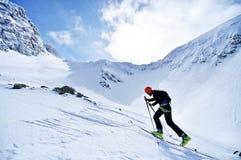 Alpinista dello sci durante la concorrenza in montagne carpatiche Immagini Stock