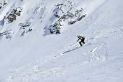 Alpinista dello sci durante la concorrenza in montagne carpatiche Immagini Stock Libere da Diritti