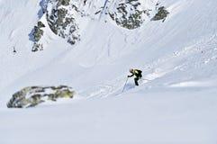 Alpinista dello sci durante la concorrenza in montagne carpatiche Fotografie Stock
