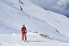 Alpinista dello sci durante la concorrenza in montagne carpatiche Fotografie Stock Libere da Diritti