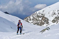 Alpinista dello sci durante la concorrenza in montagne carpatiche Fotografia Stock Libera da Diritti