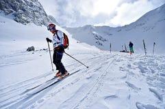 Alpinista dello sci durante la concorrenza in montagne carpatiche Immagine Stock
