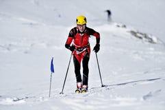 Alpinista dello sci durante la concorrenza in montagne di Fagaras Immagini Stock