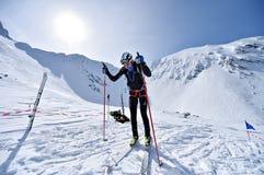 Alpinista dello sci durante la concorrenza in montagne di Fagaras Fotografia Stock Libera da Diritti