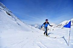 Alpinista dello sci durante la concorrenza in montagne di Fagaras Immagine Stock