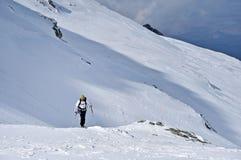 Alpinista dello sci in montagne di Fagaras Fotografia Stock