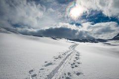 Alpinista dello sciatore della pista nelle alpi Fotografie Stock