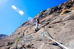 Alpinista di Italia-Baveno-Piemonte 10 marzo 2017 avanti via ferrat Fotografie Stock Libere da Diritti