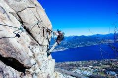 Alpinista di Italia-Baveno-Piemonte 10 marzo 2017 avanti via ferrat Fotografie Stock