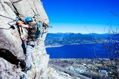 Alpinista di Italia-Baveno-Piemonte 10 marzo 2017 avanti via ferrat Immagine Stock