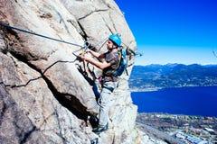 Alpinista di Italia-Baveno-Piemonte 10 marzo 2017 avanti via ferrat Immagini Stock