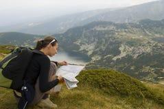 Alpinista di riposo con il programma Fotografie Stock
