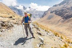 Alpinista di viaggiatore con zaino e sacco a pelo che sta posante la traccia di montagna, EL Choro Fotografia Stock Libera da Diritti