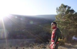 Alpinista dietro un raggio di luce solare Fotografie Stock Libere da Diritti