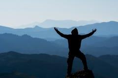 Alpinista e montagne Fotografia Stock