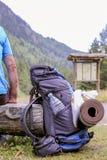 Alpinista e uno zaino d'escursione Fotografie Stock Libere da Diritti