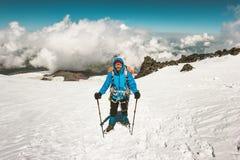 Alpinista felice dell'uomo che scala in montagne Fotografia Stock