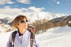 Alpinista femenino que mira el sol fotos de archivo