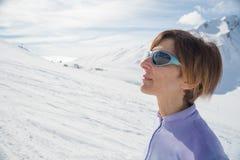 Alpinista femminile che guarda il sole Immagine Stock Libera da Diritti