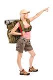 Alpinista femminile che indica con la mano Fotografia Stock Libera da Diritti