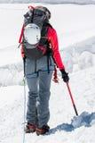 Alpinista femminile che sale un ghiacciaio Fotografia Stock Libera da Diritti