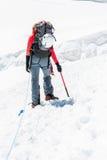 Alpinista femminile che sale un ghiacciaio Fotografie Stock Libere da Diritti