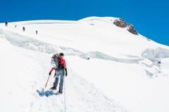 Alpinista femminile che sale un ghiacciaio Immagine Stock Libera da Diritti