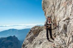 Alpinista femminile felice che scala via il ferrata Immagine Stock Libera da Diritti